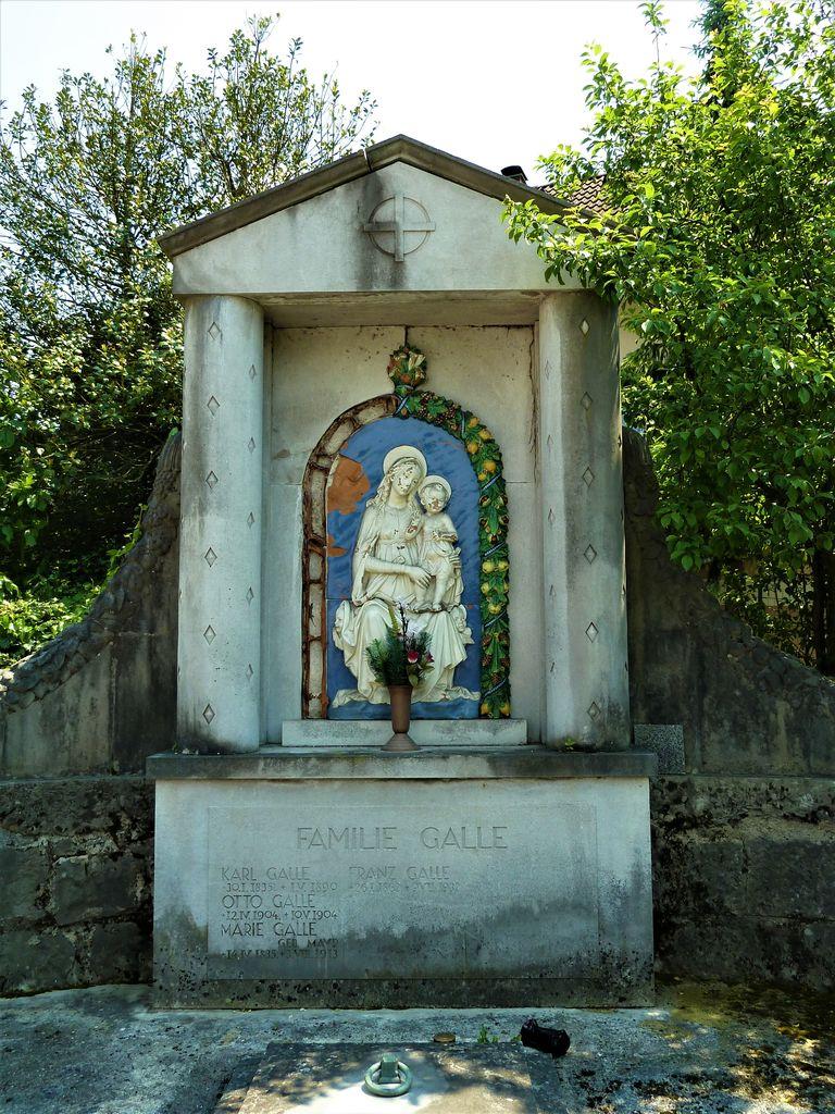 Grobnica družine Galle, izrez (foto: Simona Kermavnar)
