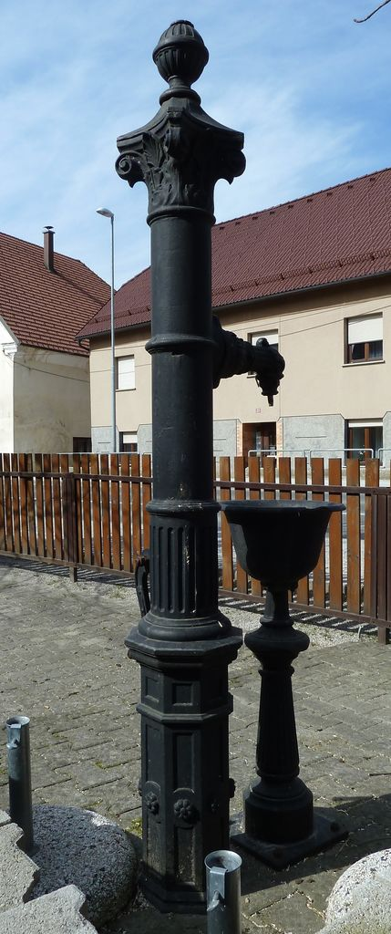 Litoželezni pitnik s čašo pred hišo Tržaška cesta 97 v Gornjem Logatcu (foto: Simona Kermavnar)