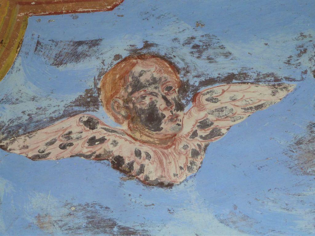 Krilata angelska glavica novoodkritih fresk v pokopališki kapeli v Planini pri Rakeku (foto: S. K.)