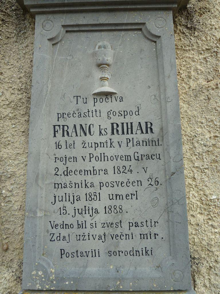 Nagrobna plošča (izrez) župnika Franca Riharja levo od glavnega vhoda (foto: S. K.)
