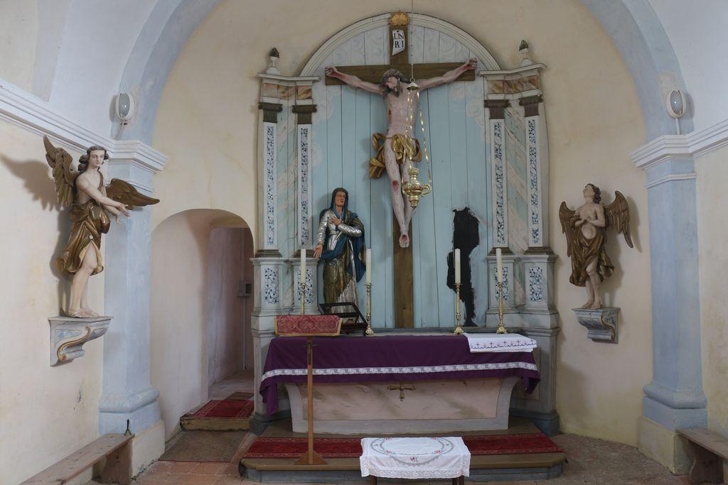 Pogled v notranjščino proti prezbiteriju med demontažo oltarja – kip sv. Janeza Evangelista je že odstranjen (foto: Albina Kržič)