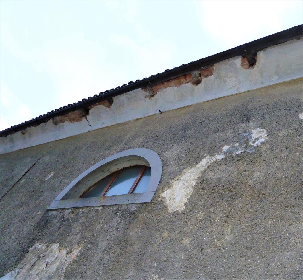 Poškodbe na venčnem zidcu in fasadi (foto: S. K.)