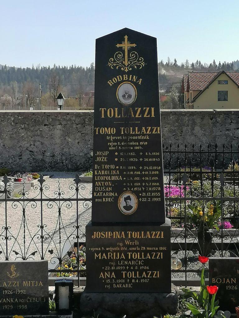 Nagrobni spomenik Tollazzi v Dolnjem Logatcu (foto: S. K.)