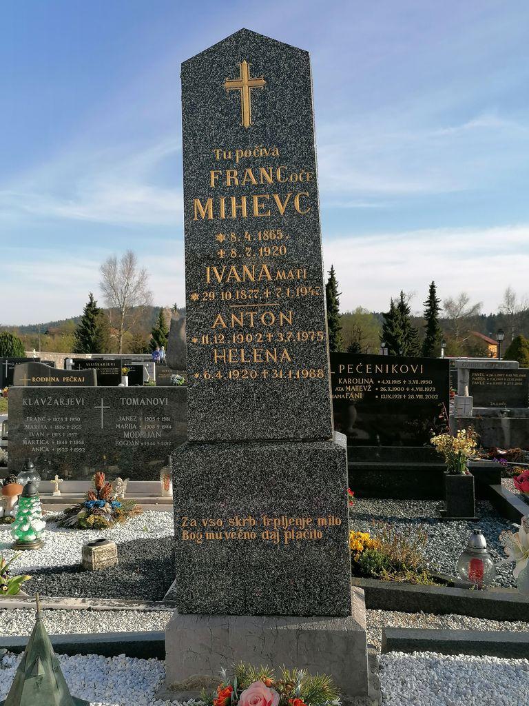 Nagrobni spomenik Mihevc v Dolnjem Logatcu (foto: S. K.)