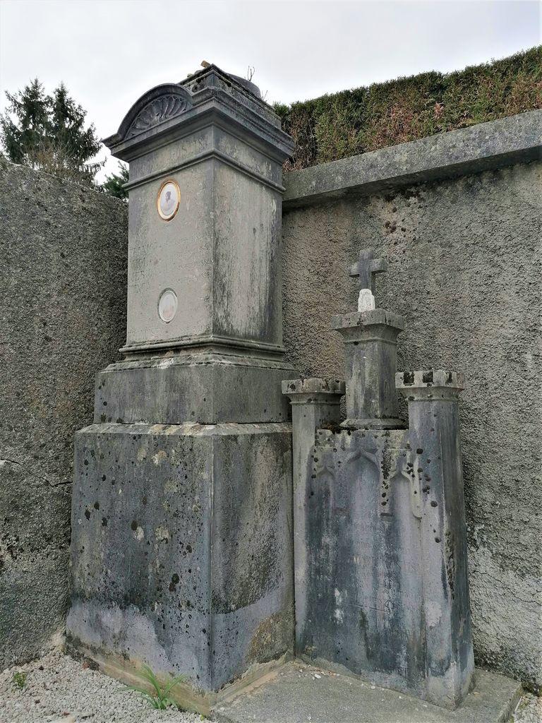 Nagrobna spomenika (fragmenta) Gostiša v Gornjem Logatcu (foto: S. K.)