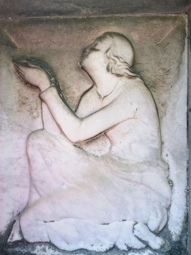 Boris Kalin, relief ženske pri daritvi na nagrobnem spomeniku Gostiševih v Gornjem Logatcu (foto: S. K.)