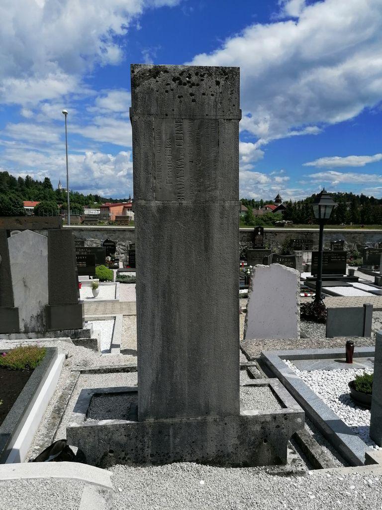 Hrbtna stran Gostiševega spomenika na pokopališču v Gornjem Logatcu (foto: S. K.)