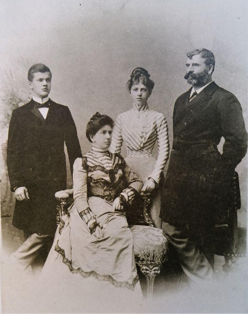 Fotografija družine Lenarčič (od leve: Milan, Ana, Zora in Josip; vir: Kreft, 120 let…, str. 22)