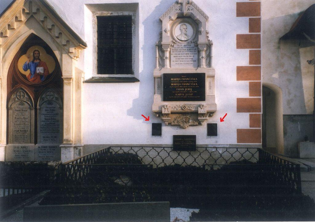 Kotnik-Lenarčičev nagrobni spomenik pred odstranitvijo Štovičkovih plaket Josipa in Ane Lenarčič (vir: Nataša Oblak, Prenova Kotnik - Lenarčičevega posestva…, 1998, sl. 39)