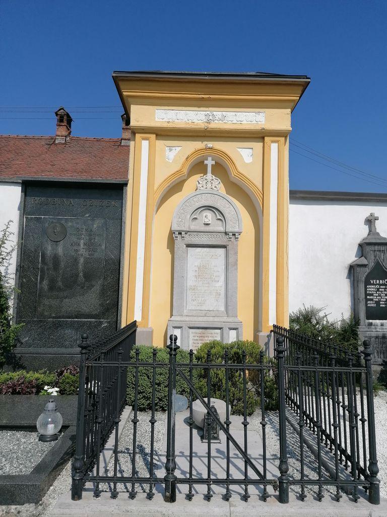 Nagrobna spomenika rodbin Lenarčič-Lovrenčič in Czižek na pokopališču na Vrhniki (foto: Simona Kermavnar)