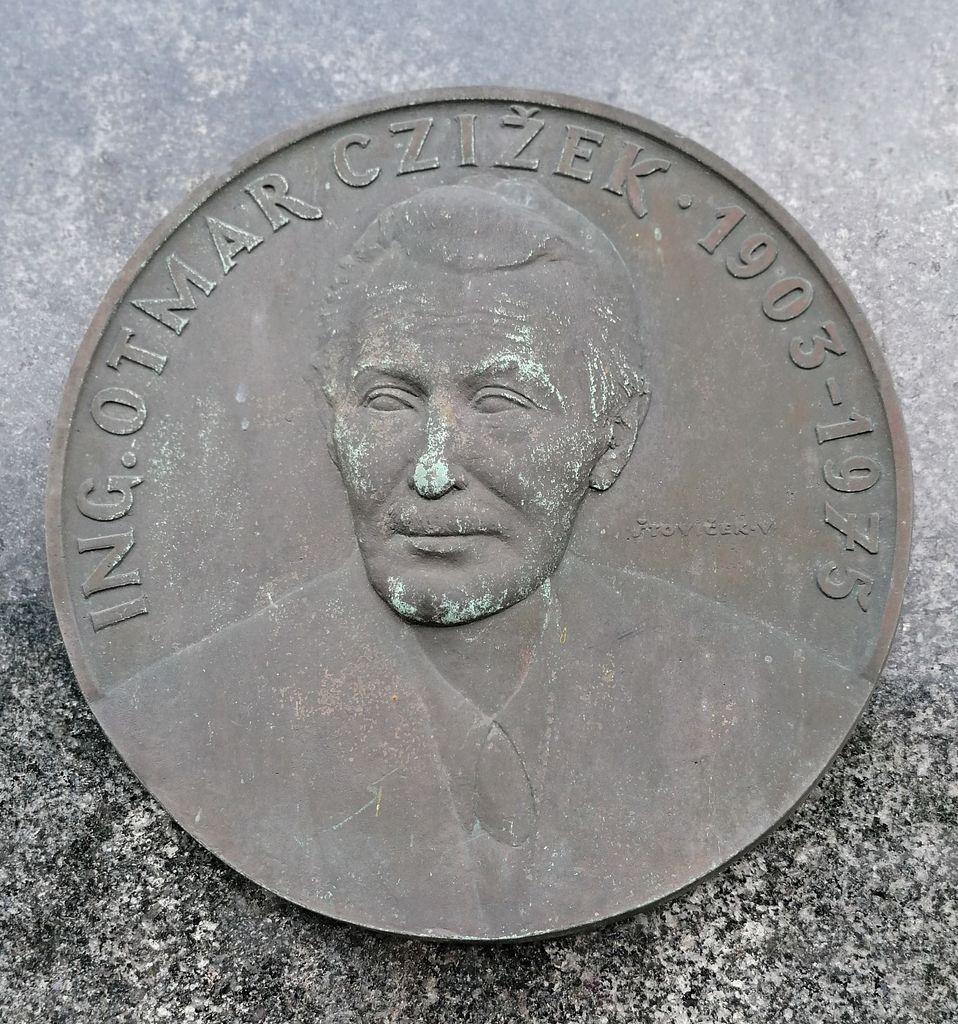 Vladimir Štoviček, ing. Otmar Czižek, bronasta plaketa na nagrobnem spomeniku rodbine Czižek na vrhniškem pokopališču (foto: Simona Kermavnar)