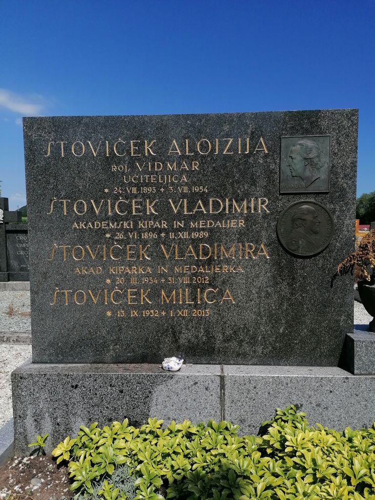 Nagrobni spomenik družine Štoviček na pokopališču v Krškem. Poleg umetnika je tu pokopana tudi njegova hči Vladimira, prav tako akademska kiparka in medaljerka. Na spomeniku sta Štovičkova reliefa matere (»mamica«) in očeta (»naš tatek«) (foto: Simona Kermavnar)
