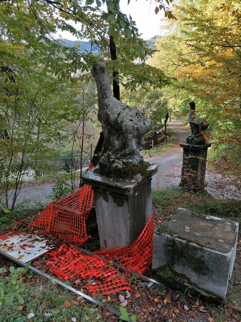 Kipa kozorogov na podstavkih pri Ravbarjevim stolpu, stanje september 2020 (foto: S.K.)