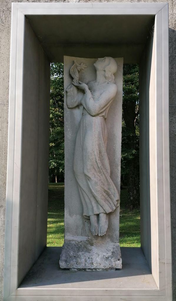 Boris Kalin, nagrobni spomenik Desimire Batagelj, park gradu Kromberk (foto: S. K.)
