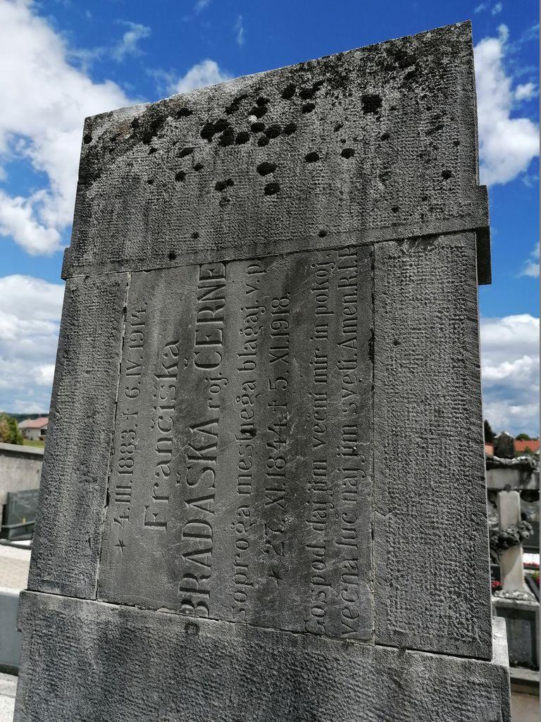 Spolija na nagrobnem spomeniku Gostiševih v Gornjem Logatcu (foto: S. K.)