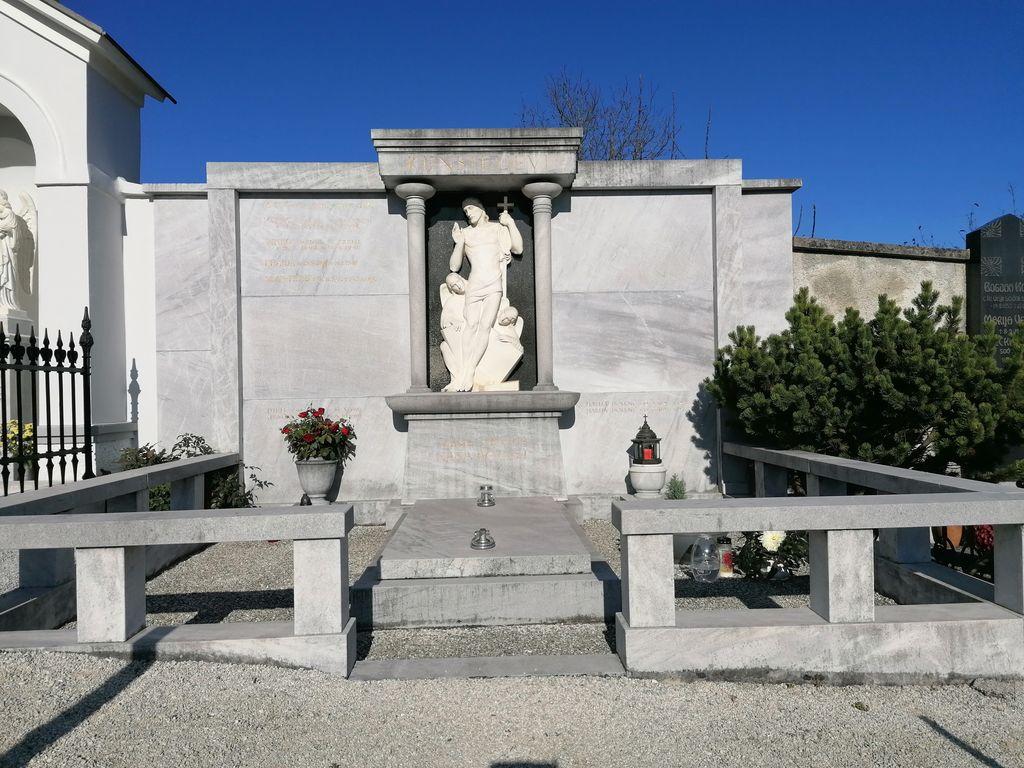 Nagrobni spomenik Kunstljevih na pokopališču na Vrhniki (foto: S. K.)