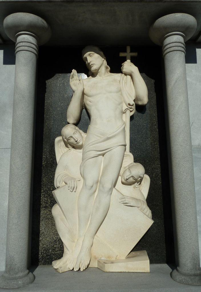 Boris Kalin, Vstali Kristus z angeloma na nagrobnem spomeniku Kunstljevih na pokopališču na Vrhniki (foto: S. K.)