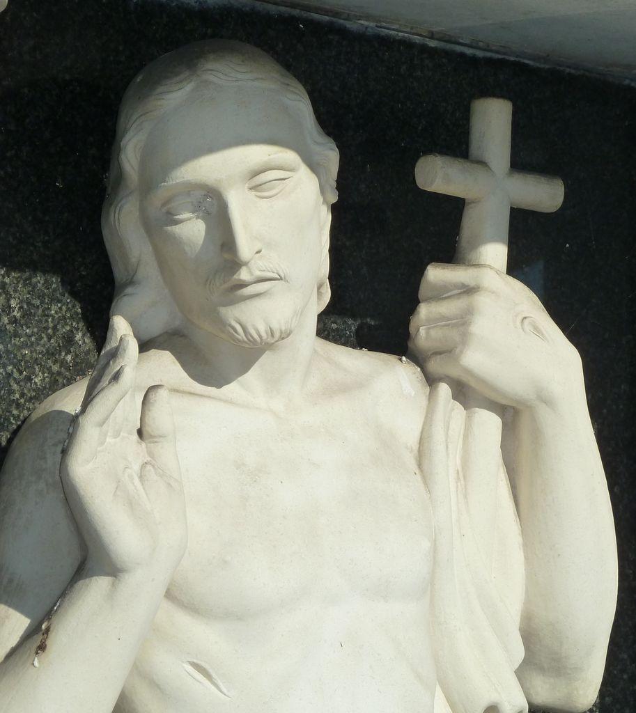 Vstali Kristus na nagrobnem spomeniku Kunstljevih na pokopališču na Vrhniki, izrez (foto: S. K.)