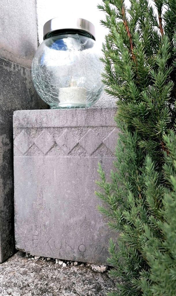 Signatura kamnoseka Franja Kunovarja ml. na nagrobnem spomeniku Stržinarjevih na vrhniškem pokopališču (foto: S. K.)