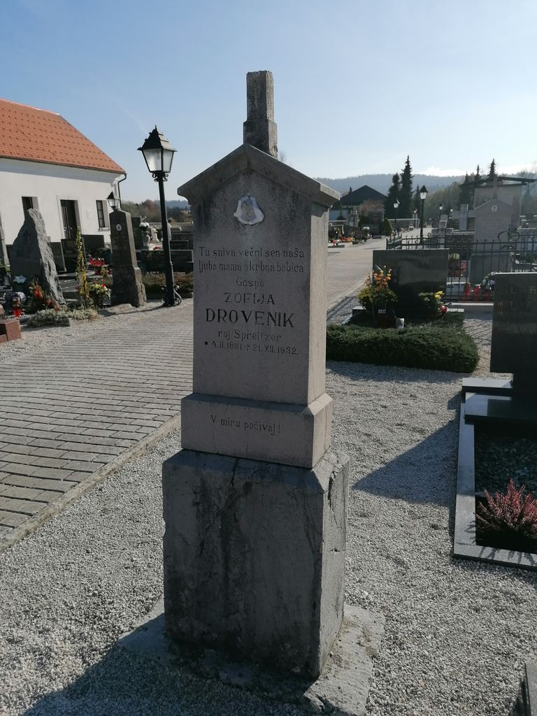 Franjo Kunovar ml., nagrobni spomenik Zofije Drovenik na pokopališču v Dolnjem Logatcu (foto: S. K.)