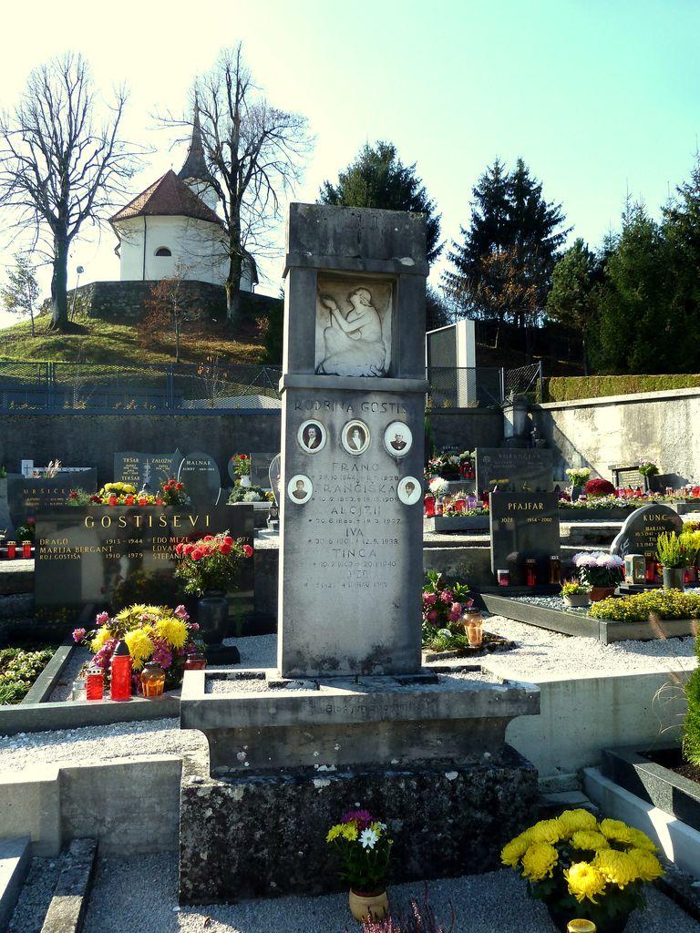 Nagrobni spomenik družine Gostiša na pokopališču v Gornjem Logatcu (foto: S. K.)