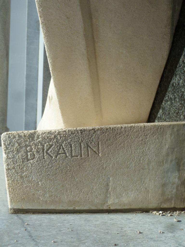 Signatura kiparja Borisa Kalina na podstavku figuralne skupine nagrobnega spomenika Kunstljevih na Vrhniki (foto: S. K.)