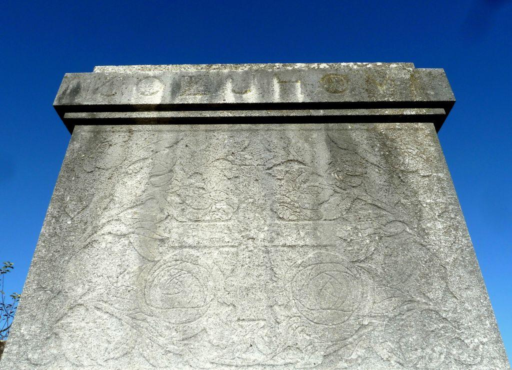Franjo Kunovar ml., nagrobni spomenik družine Kožuh na vrhniškem pokopališču, detajl (foto: S. K.)
