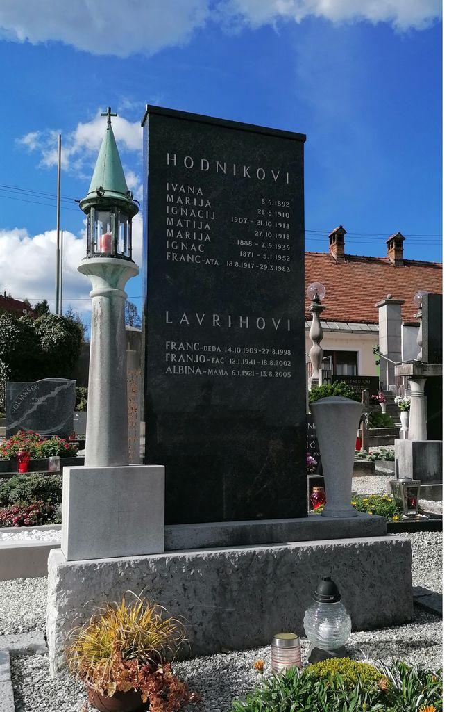 Franjo Kunovar ml., nagrobni spomenik družine Hodnik na vrhniškem pokopališču (foto: S. K.)