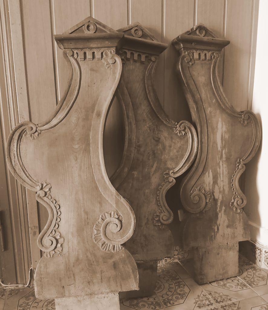 Tri še ohranjene stranice nekdanjih cerkvenih klopi iz ž. c. v Hotedršici