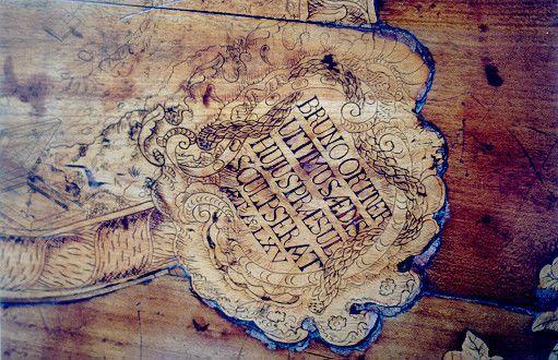 Detajl s signaturo Bruna Ortnerja na gornji ploskvi mize iz nekdanje kartuzije Bistra (hrani Dokumentacija Tehniškega muzeja Slovenije, št. posnetka F0000842; avtor fotografije: Igor Lapajne)