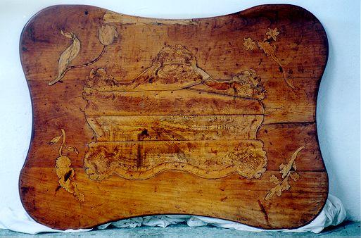 Gornja ploskev mize v kombinaciji tehnike intarzije in vžgane risbe (hrani Dokumentacija Tehniškega muzeja Slovenije, št. posnetka F0000837; avtor fotografije: Igor Lapajne)