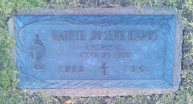 Grob Jožefa Kapusa na pokopališču v mestu Wichita v dražavi Kansas v ZDA (vir: https://billiongraves.com/grave/Joseph-Kapus/1816316?fbclid=IwAR2L9bSH-0V-1w9lgPThwug7ws07S4jW4SQSqKSzOV9EOiTrCo0VK75sn6s, januar 2021)