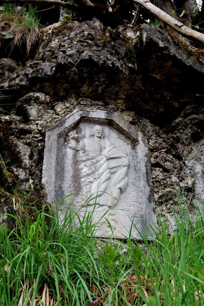 3.Kamnit relief z upodobitvijo apostola Matije ob poti na Planinsko goro (foto: S. K.)