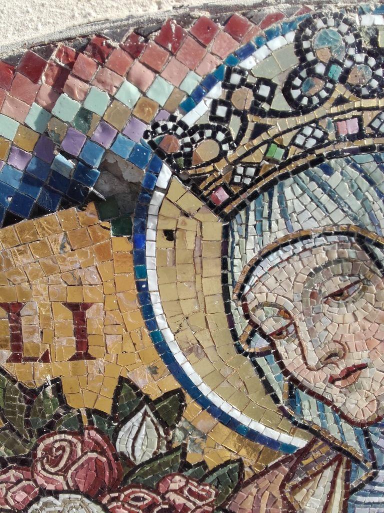 Mozaik sv. Elizabete Ogrske z uničene Windischgraetzove grobne kapele v Planini pri Rakeku, izrez (foto: Anton Naglost)