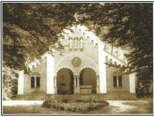 Kapela z grobnico družine Windischgraetz v Planini pri Rakeku, fotografija posneta enkrat pred rušitvijo leta 1966 (vir: Sapač, Hošperk (Haasberg), dvorec, v: Grajske stavbe…, str. 37)