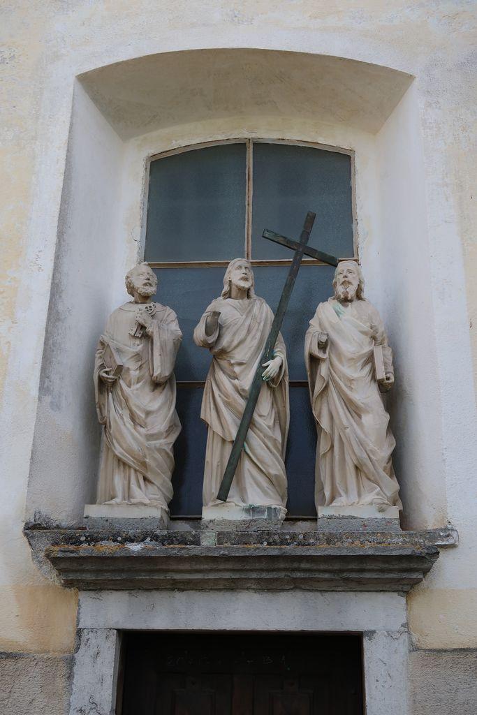 Kipi Kristusa in apostolov Petra in Pavla na zunanjščini župnijske cerkve v Planini pri Rakeku, prvotno na fasadi Windischgraetzove grajske kapele z grobnico (foto: Simona Kermavnar)