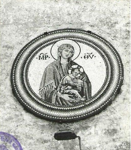 Izrez strani iz planinske župnijske kronike s fotografijo uničenega mozaika Marije z Detetom (ŽA Planina pri Rakeku)