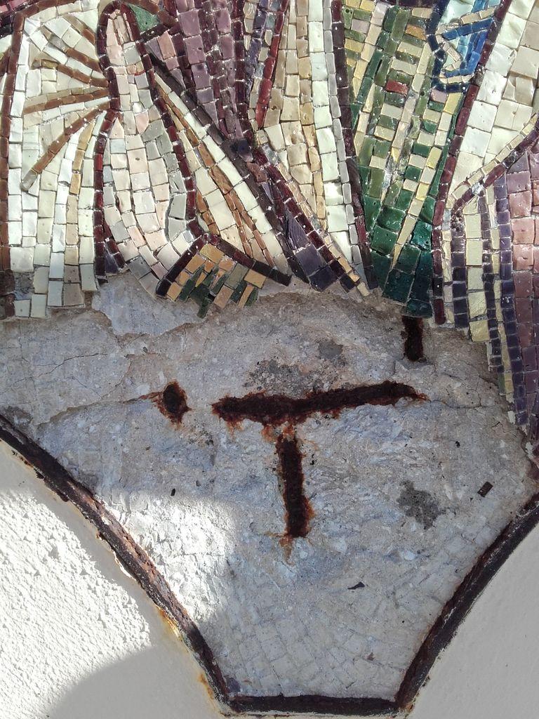 Izrez mozaika sv. Elizabete z vidnimi sledovi poškodb v obliki zračnih mehurjev in odpadlih kamenčkov (foto: Anton Naglost)