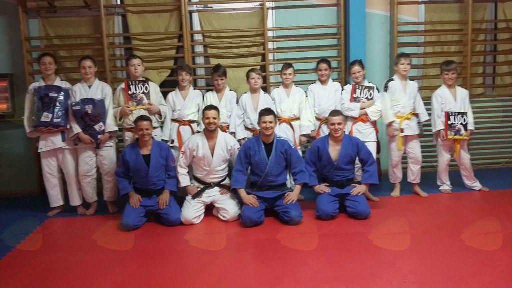 Tekmovalna skupina s svojimi trenerji: Trenerji (od leve proti desni): Boštjan Pungrčar, mojster juda 1. DAN; Dejan Vogrinec, mojster juda 3. DAN; Mitja Lakner, mojster juda 1. DAN.