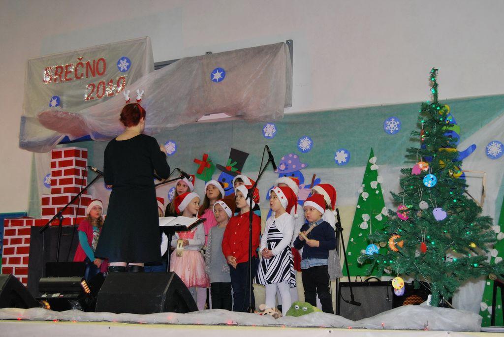 Otroški pevski zbor Dvor ob Krki z zborovodkinjo Tjašo Primc