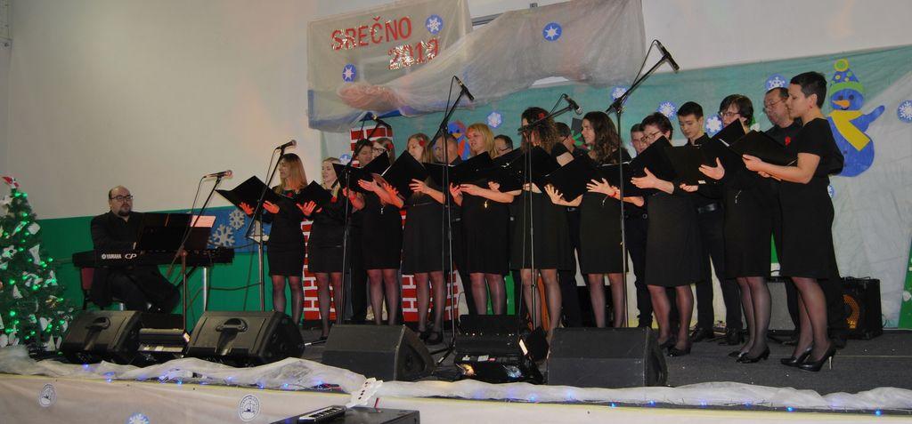 Mešani pevski zbor Dvor ob Krki z zborovodjo Jernejem Fabijanom