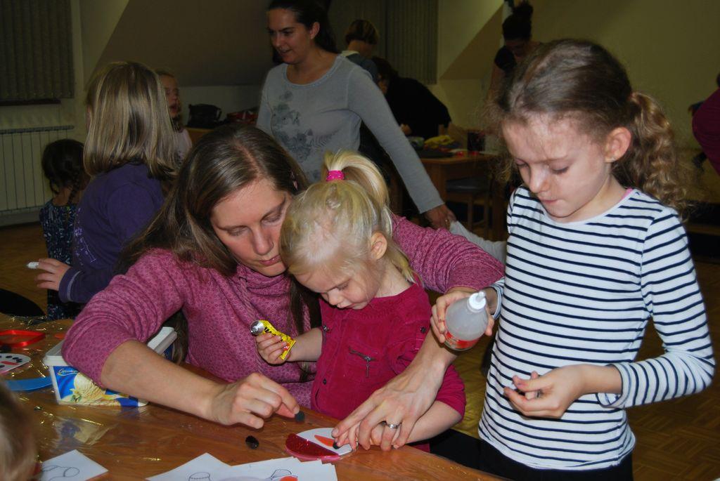 Izdelovanje novoletnih okraskov z najmlajšimi ustvarjalci