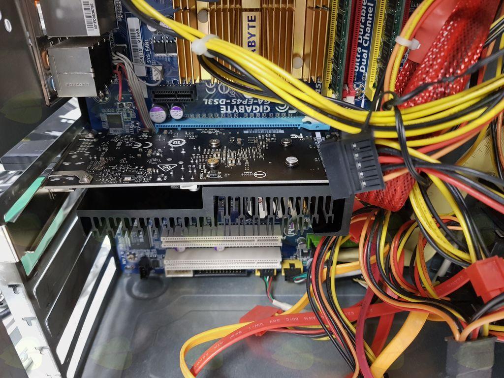 Notranjost obnovljenega računalnika Pika.