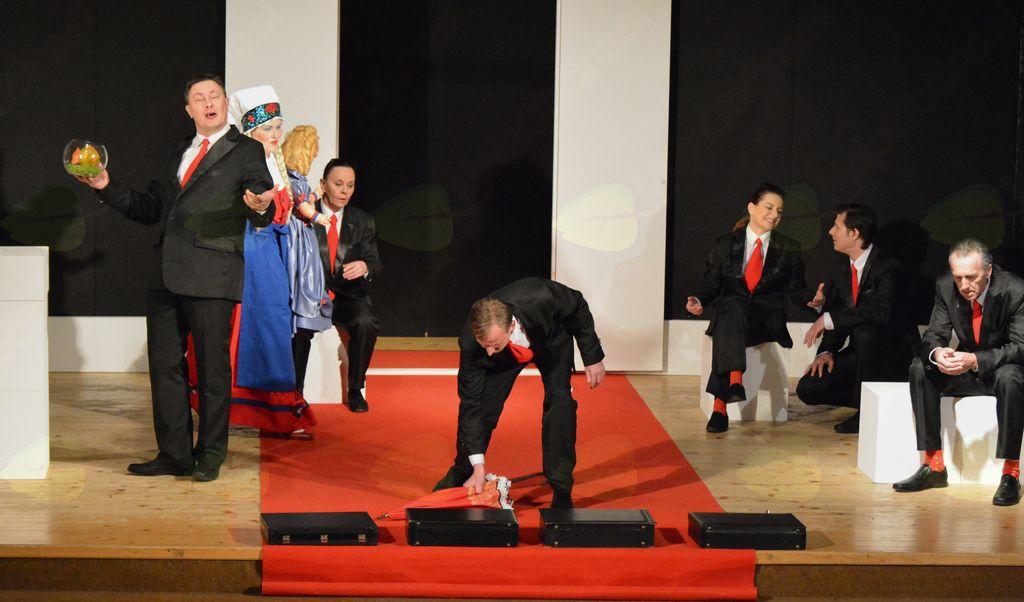 Koroški deželni teater v predstavi Norci (foto Hoič)