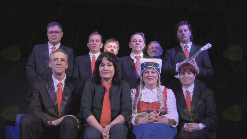 Ekipa Koroškega deželnega teatra v predstavi Norci skupaj z avtorico in režiserko predstave Majo Gal Štromar