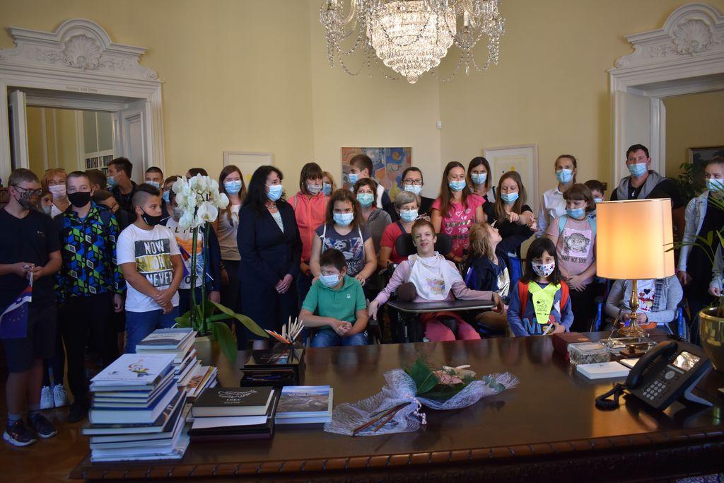 Učenci s Tanjo Pečar v predsednikovi pisarni