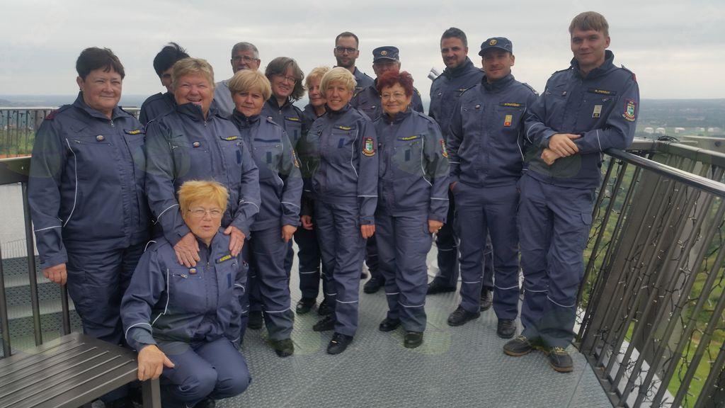 Veteranke z navijači na stolpu Vinarium