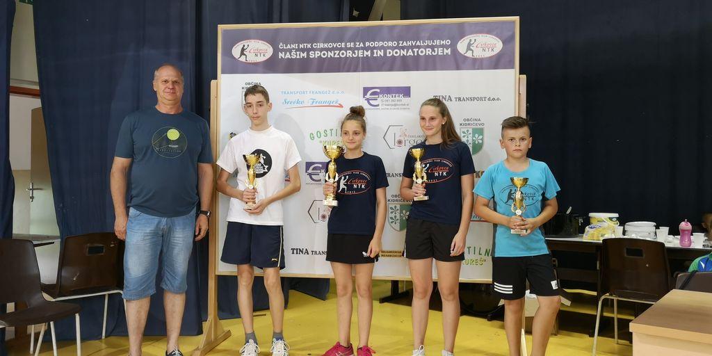 Nagrajenci v kategoriji »osnovnošolci«. Z leve proti desni: g. Bogdan Potočnik (podeljevalec nagrad), Gašper Haložan, Zoja Žolek, Lana Erhatič in Aljaž Ferenčič