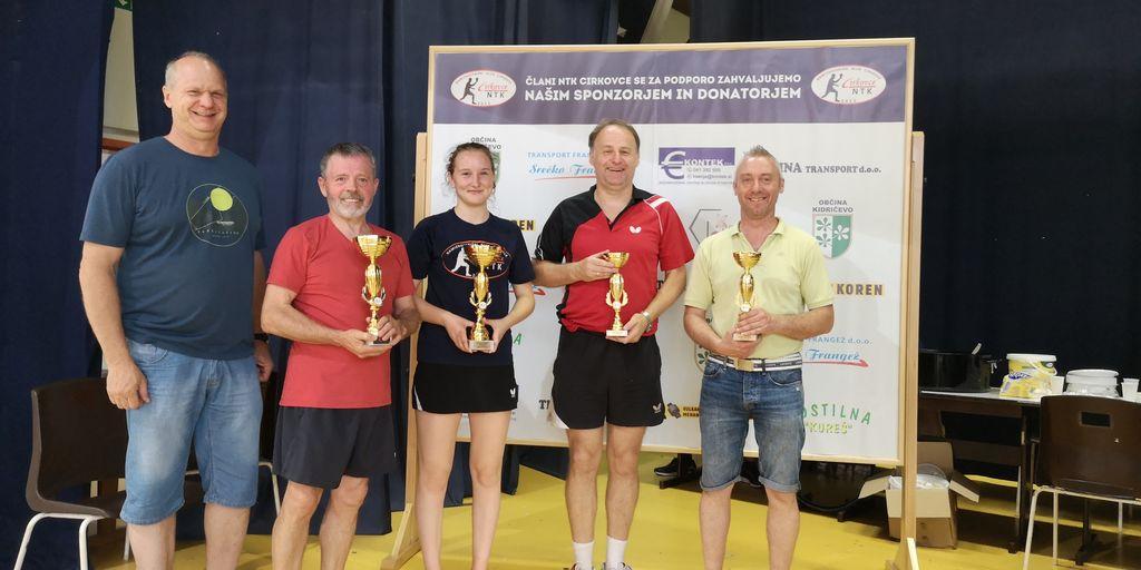 Nagrajenci v kategoriji »rekreativni igralci«. Z leve proti desni: g. Bogdan Potočnik (podeljevalec nagrad), Drago Klep, Ina Unger, Silvo Slaček in Robert Krnjak