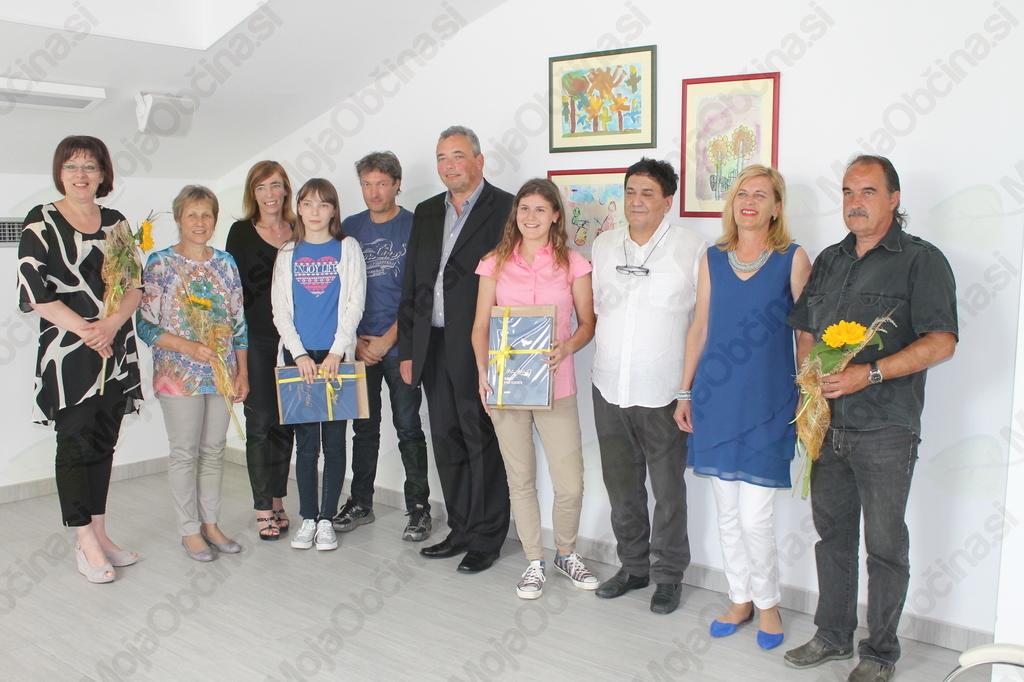 Najboljši učenki Kristina Klančič in Nika Veronika Beltram s starši, županom, ravnateljico in razrednikoma